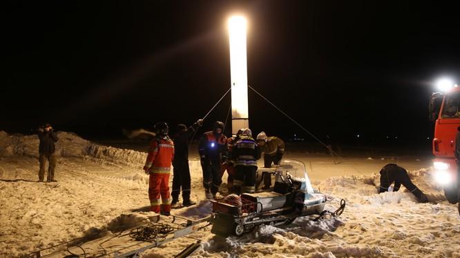 Các đội cứu hộ vẫn đang miệt mài triển khai công tác cứu hộ trong đêm tuyết. Nguồn: RT