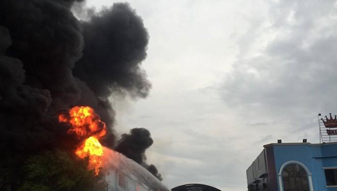 Video: Cháy lớn tại nhà máy sản xuất nệm Vạn Thành