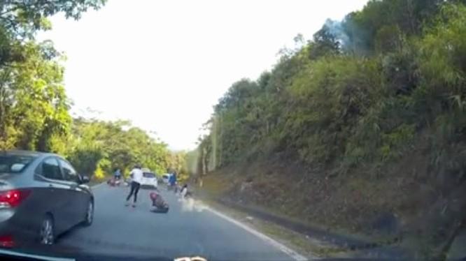 """Video: Ô tô """"điên"""" tông người ngã hàng loạt"""