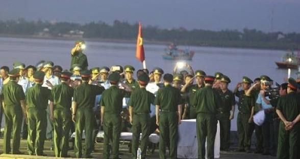 5h sáng 18/6, thi thể Thượng tá – Phi công Trần Quang Khải – người gặp nạn trên chiếc máy bay Su-30MK2 đã được đưa vào đất liền tại cảng Hải đội 2 Nghệ An.