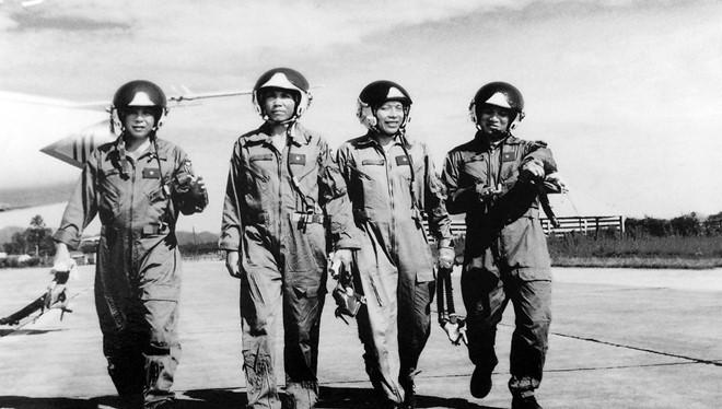 Tấm ảnh được treo ở phòng truyền thống Trung đoàn 923 anh hùng: Những phi công bắn ném giỏi năm 2003. Từ trái sang phải các phi công Phạm Như Xuân, Vũ Văn Kha, Trần Quang Khải, Trần Thanh Nghị.