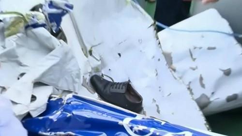Chiếc giày cùng nhiều vật dụng khác đã được lực lượng tìm kiếm trục vớt.