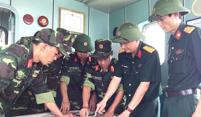 Cán bộ chiến sĩ Bộ Chỉ huy quân sự Quảng Ninh triển khai các phương án tìm kiếm.
