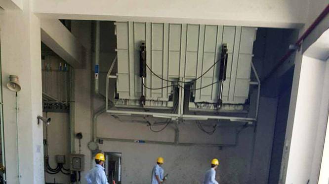 Nhân viên công ty Formosa đang vệ sinh khu vực tập kết chất thải công nghiệp