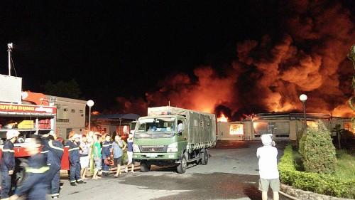 Lực lượng chức năng tổ chức chữa cháy