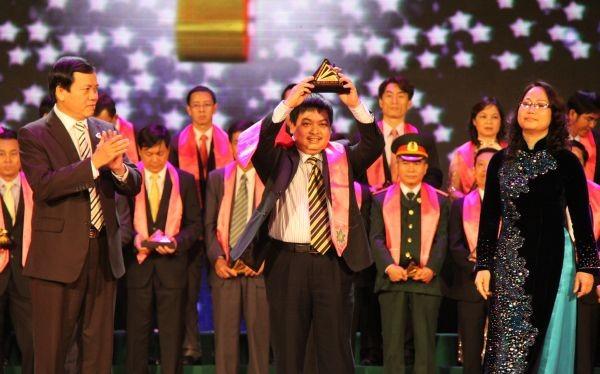 Ông Phan Đình Phong - Tổng Giám đốc Vinaconex-PVC đại diện cho PVV nhận giải Sao Vàng Đất Việt 2011