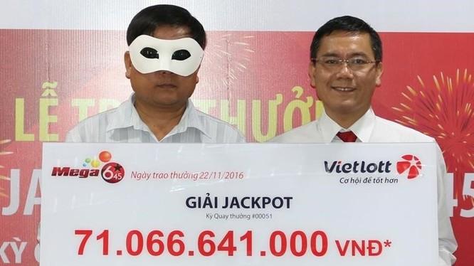Đại diện Vietlott trao thưởng cho khách hàng