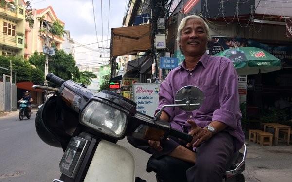 Công việc của những người lớn tuổi từ trước đến nay vốn coi nghề xe ôm là sinh kế chính đang bị đe dọa bởi công nghệ. Ảnh: Chính Phong.