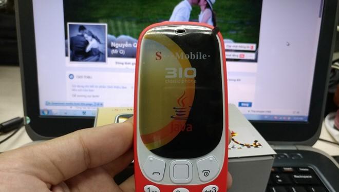 """Mẫu di động bị cho là """"nhái"""" kiểu dáng của Nokia 3310. Ảnh: Nguyễn Quân."""