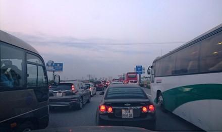 Ùn tắc trên Cao tốc Pháp Vân – Cầu Giẽ đã xảy ra từ chiều 1/5. Ảnh: Lê Hữu Việt