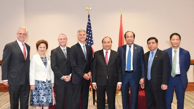 Thủ tướng Nguyễn Xuân Phúc chụp ảnh với lãnh đạo hai tập đoàn BRG và Hilton Worldwide