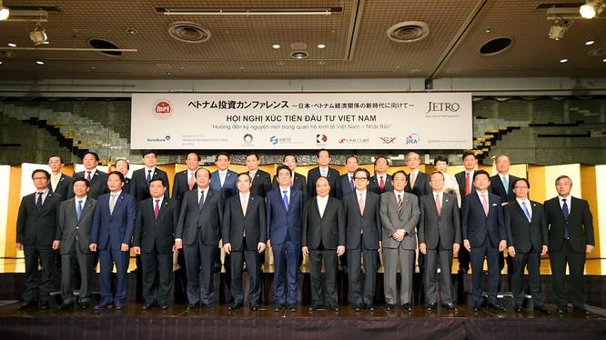 Thủ tướng Nguyễn Xuân Phúc, Thủ tướng Nhật Bản Shinzo Abe và các đại biểu dự Hội nghị xúc tiến đầu tư Việt Nam tại Tokyo. Ảnh: VGP/Quang Hiếu