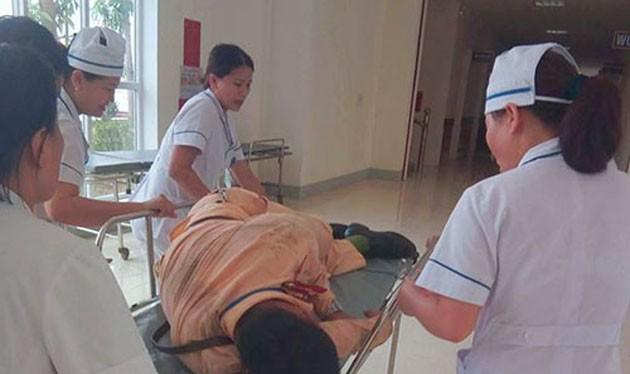 Đồng đội đưa chiến sĩ Đức vào bệnh viện cấp cứu - Ảnh: Vnexpress