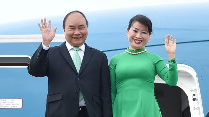 Thủ tướng Nguyễn Xuân Phúc và Phu nhân tại sân bay Schiphol Amsterdam. - Ảnh: VGP/Quang Hiếu