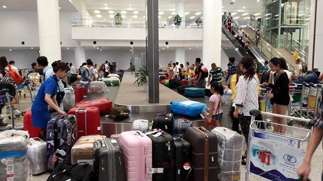 """""""Tắc nghẽn"""" khu vực băng chuyền hành lý tại sân bay Nội Bài tối ngày 28/7. Ảnh: C.K."""