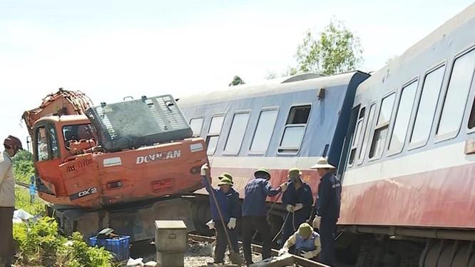 Tài xế lái máy xúc đã cố tình cho xe vượt qua đường sắt khiến tai nạn xảy ra. Ảnh: CTV Báo Lao động