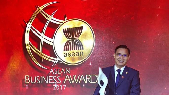 Đại diện tập đoàn BRG và SeABank nhận giải thưởng
