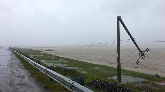 Hệ thống lưới điện bị ảnh hưởng nặng nề sau bão số 10 - Ảnh minh họa (Vietnamnet)