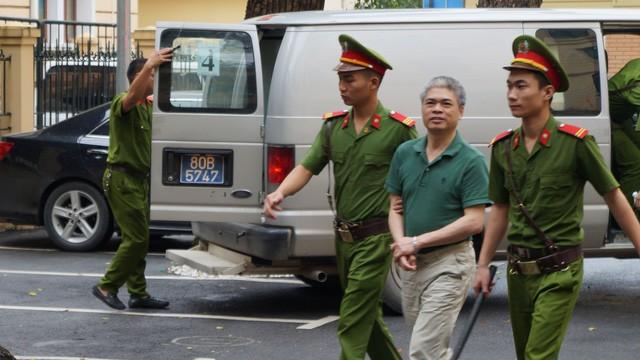 Nguyễn Xuân Sơn được dẫn giải đến tòa - Ảnh: T.L.