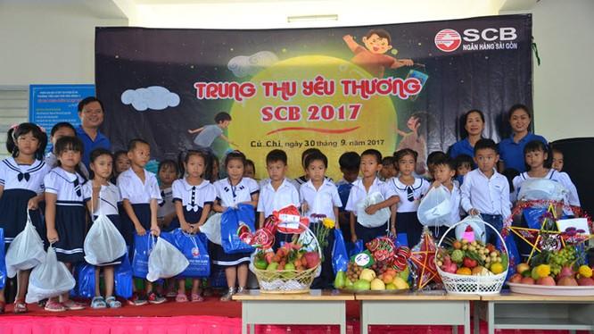 Đại diện SCB trao quà cho các em học sinh ở Củ Chi