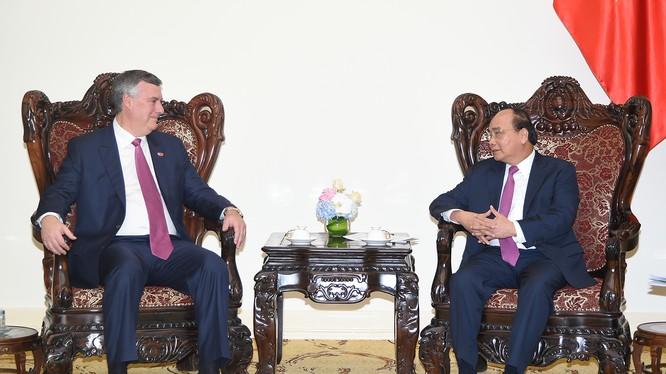 Thủ tướng Nguyễn Xuân Phúc và ông Kevin Mc Allister, Chủ tịch kiêm Tổng Giám đốc Công ty Boeing Thương mại (Hoa Kỳ) - Ảnh: VGP