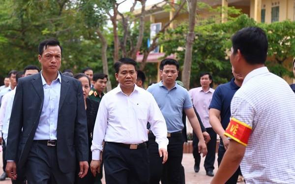 Chủ tịch UBND TP Nguyễn Đức Chung về thôn Hoành - Ảnh:VnExpress