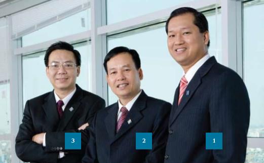 Ông Hồ Xuân Nghiễm (đứng giữa) - Ảnh: Sacombank