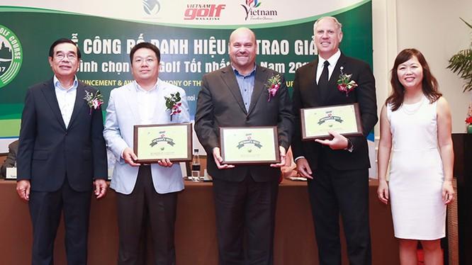 """Giám đốc khối kinh doanh Golf BRG Mark Reeves (thứ hai từ trái sang) thay mặt BRG Đà Nẵng Golf Resort nhận giải thưởng """"Best Tourism Attractiveness Course 2017"""""""