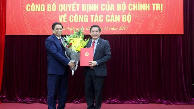 Ông Phạm Minh Chính trao Quyết định bổ nhiệm ông Nguyễn Văn Thể giữ chức Bộ trưởng Bộ GTVT - Ảnh: Bộ GTVT