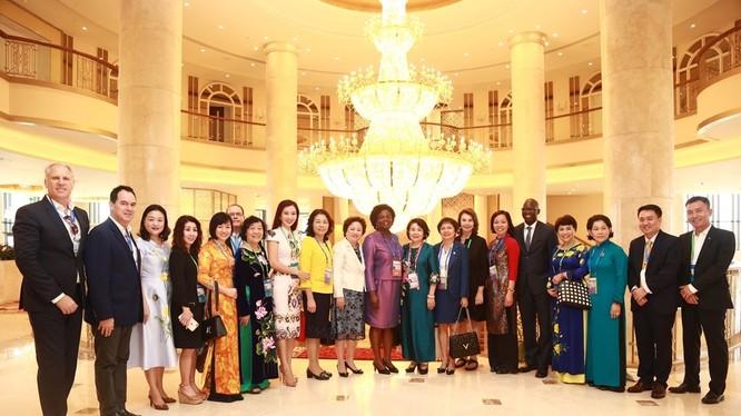 Bà Victoria Kwakwa và Bà Nguyễn Thị Nga chụp ảnh lưu niệm với các đại biểu