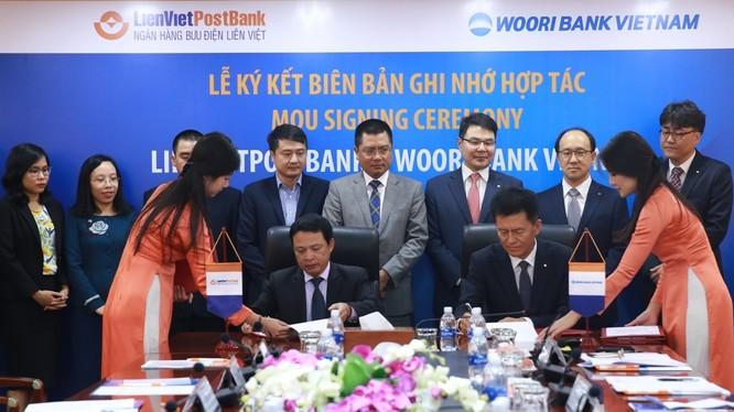 Ông Phạm Doãn Sơn, Tổng Giám đốc LienVietPost Bank và ông Ông Kim Seung Rock, TGĐ Woori Việt Nam ký biên bản ghi nhớ hợp tác.