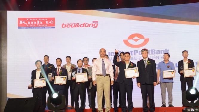 Đại diện LienVietPostBank lên nhận danh hiệu Top 100 Sản phẩm - Dịch vụ Tin & Dùng Việt Nam 2017.