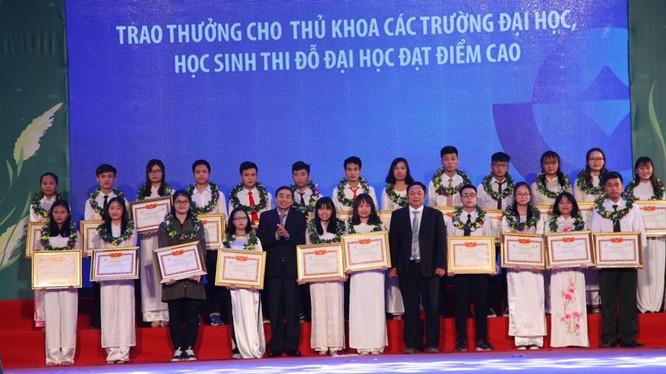 Trao thưởng cho Thủ khoa các trường ĐH, học sinh thi đỗ ĐH đạt điểm cao.