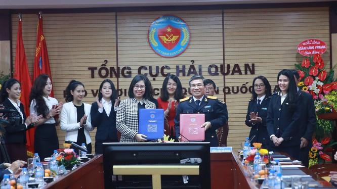 Bà Nguyễn Thu Hoa, Phó Tổng Giám đốc LienVietPostBank, đại diện LienVietPostBank,và ông Nguyễn Danh Thái, Phó Tổng cục trưởng Tổng cục Hải quan (đại diện Tổng cục Hải quan) tham gia ký kết thỏa thuận hợp tác.