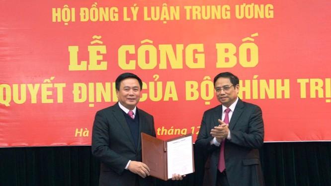 Đồng chí Phạm Minh Chính trao Quyết định của Bộ Chính trị cho đồng chí Nguyễn Xuân Thắng - Ảnh: BĐT Đảng cộng sản.