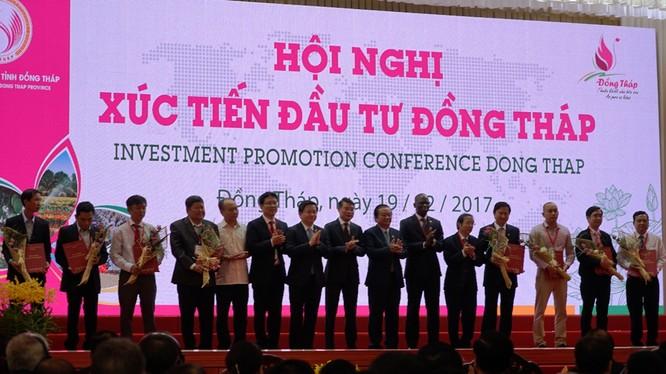 Ông Fung Kai Jin, Phó Tổng giám đốc VPBank cùng lãnh đạo các ngân hàng trao thỏa thuận vay vốn cho các doanh nghiệp