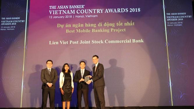 Ông Phạm Quang Đệ, Phó Giám đốc Ngân hàng Điện tử LienVietPostBank (đứng thứ 2 từ bên phải) đại diện cho LienVietPostBank nhận Giải thưởng từ các vị đại diện Tạp chí the Asian Banker
