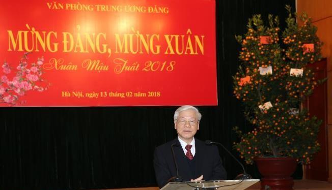 Tổng Bí thư Nguyễn Phú Trọng chúc Tết cán bộ, công chức, viên chức, người lao động Văn phòng Trung ương Đảng. Ảnh: TTXVN