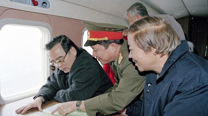 Ông Phan Văn Khải thị sát Dự án Chỉnh trị Sông Hồng, khu vực Hà Nội năm 2001 - Ảnh: TTXVN