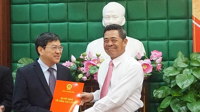 Ông Lê Thanh Quang, Ủy viên Trung ương Đảng, Bí thư Tỉnh ủy Khánh Hòa trao quyết định cho ông Nguyễn Duy Bắc (trái) - Ảnh: Báo Khánh Hòa