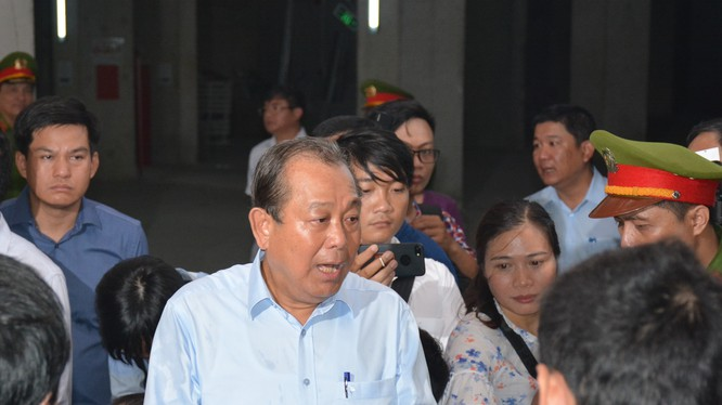 Phó Thủ tướng Trương Hòa Bình chia sẻ những mất mát của người dân tại chung cư Carina - Ảnh: VPG