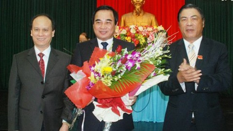 Ông Trần Văn Minh và ông Văn Hữu Chiến ((1) và (2) từ trái qua) - Ảnh: Báo Đà Nẵng