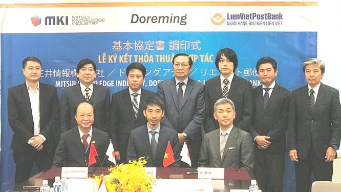 (Hàng ngồi từ trái qua: ông Nguyễn Đình Thắng- Chủ tịch HĐQT LienVietPostBank, ông Hiromitsu Kuwahara - Tổng Giám đốc Doreming, ông Isao Kohiyama - Tổng Giám đốc MKI)
