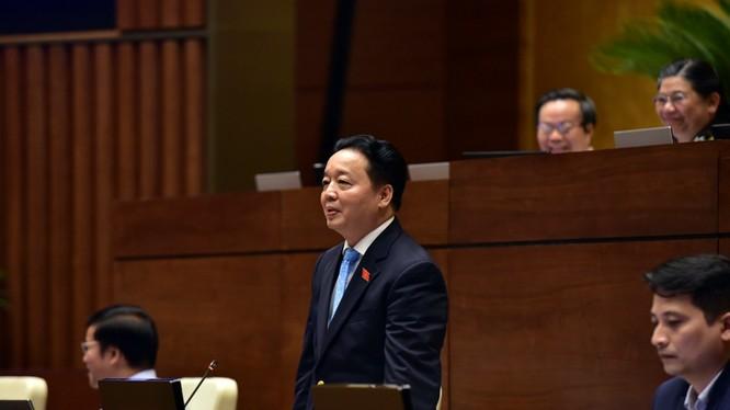 Bộ trưởng Bộ TN&MT trả lời trước QH - Ảnh: VGP