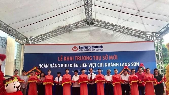 Nghi lễ cắt bawgn khai trương trụ sở mới tại đường Lý Thường Kiệt của LienVietPostBank Lạng Sơn