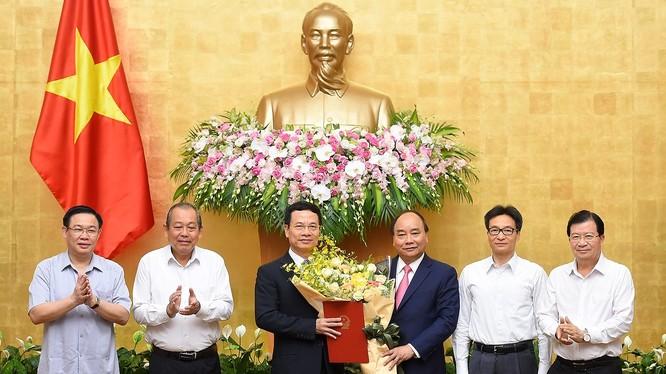 Thủ tướng Nguyễn Xuân Phúc trao Quyết định giao quyền Bộ trưởng Bộ Thông tin và Truyền thông cho ông Nguyễn Mạnh Hùng - Ảnh: VGP/Quang Hiếu