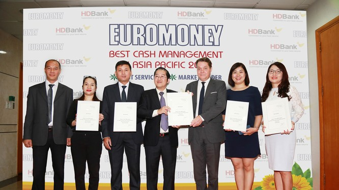 Đại diện HDBANK nhận giải Cash Management 2018