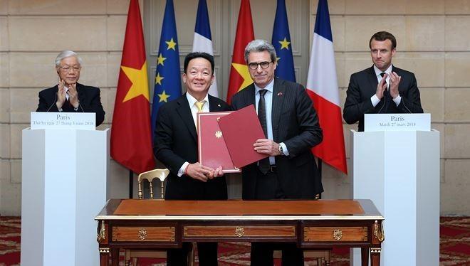 Tập đoàn T&T và Tập đoàn Bouygues của Pháp ký kết biên bản ghi nhớ hợp tác về Dự án Đường sắt đô thị số 3 dưới sự chứng kiến của Tổng Bí thư Nguyễn Phú Trọng và Tổng thống Cộng hòa Pháp Emmanuel Macron tại cung điện Elysees.