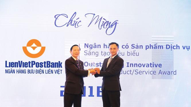Ông Dương Công Toàn (phải) – Thành viên HĐQT LienVietPostBank đại diện nhận cúp của Ban tổ chức Giải thưởng Ngân hàng Việt Nam tiêu biểu 2018.