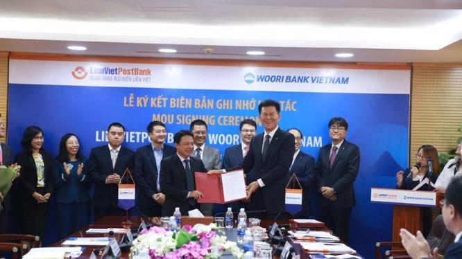 Lễ Ký kết diễn ra tại Văn phòng Hội sở Hà Nội của LienVietPostBank vào ngày 29/11/2017. Ông Phạm Doãn Sơn, Phó Chủ tịch HĐQT kiêm Tổng Giám đốc LienVietPostBank (bên trái), đại diện cho Ngân hàng Bưu điện Liên Việt ký Biên bản Ghi nhớ.